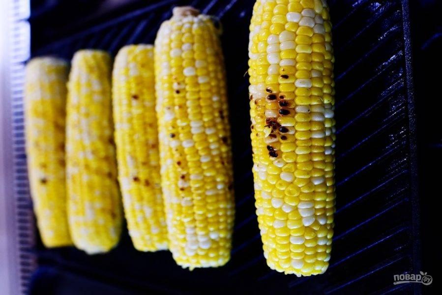 1. Смажьте початки кукурузы растительным маслом, приправив солью, и поместите в духовку на 15 минут при температуре 180 градусов.