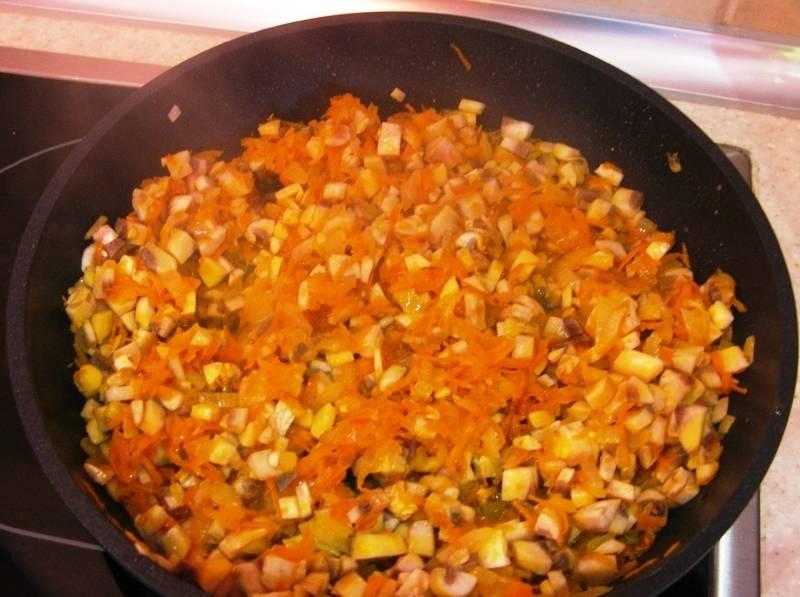 Туда же поместите мелко нарезанные грибы. Посолите, поперчите по вкусу и обжаривайте до испарения жидкости.