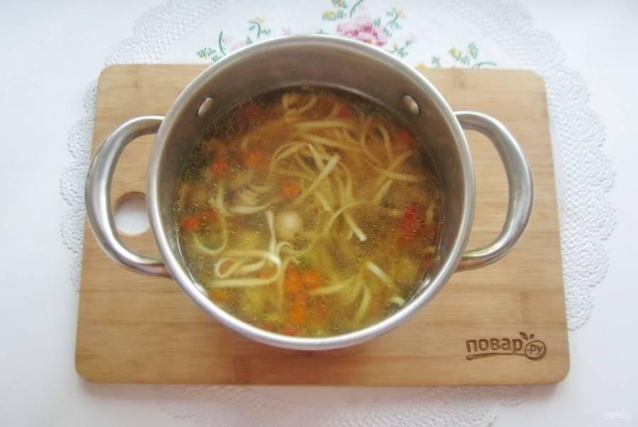 Китайский суп с лапшой готов.
