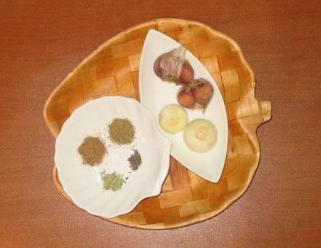 По истечении времени подготавливаем все необходимые специи, чистим и разрезаем на дольки луковицы, чеснок также очищаем от шелухи. Выкладываем специи, лук и чеснок в бульон, солим его и варим еще 60-80 минут.
