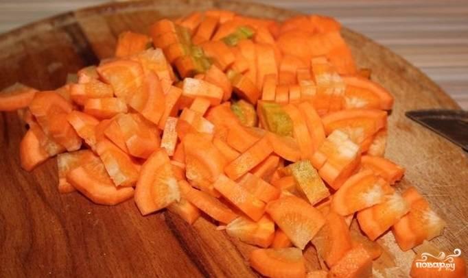 2. Почистите и нарежьте морковь некрупными кусочками.