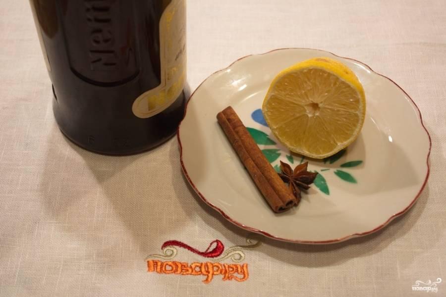 Подготовьте продукты. В кастрюльку кладем звездочку бадьяна, 1 палочку корицы, пару долек лимона.