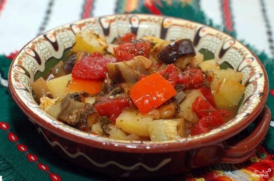 7. Подавать овощи можно в горшочке, а можно выложить в отдельную глубокую миску. Если вы хотите, чтобы они остыли быстрее, тогда переложите их из горшочка в тарелку, а если хотите дать им настояться и дольше сохранить температуру, оставляйте в горшочках.