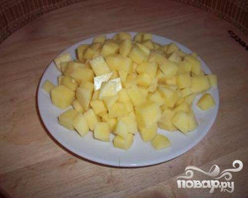 4.Очищаем картофель и нарезаем небольшими кусочками. Затем добавим картофель в суп.