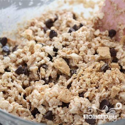 5. Добавить кусочки крекеров и шоколадные чипсы, аккуратно перемешать.