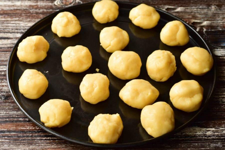Руками сформируйте круглые булочки. Выложите их на противень.