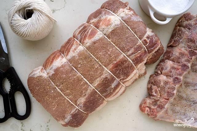 2. Отправим мясо запекаться на 20 минут при 200 градусах, а тем временем смешаем между собой молоко, сливки и специи. Сюда же — зелень, но немного оставьте для украшения.