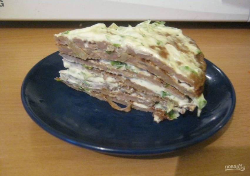 12.Дайте пирогу настояться некоторое время в холодильнике, а затем нарезайте кусочками и подавайте.