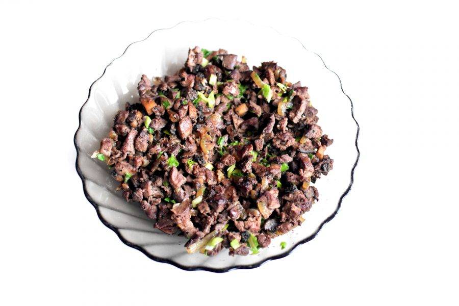 Еще горячую начинку посолите по вкусу, поперчите и добавьте немного мускатного ореха. В остывшую начинку добавьте рубленный зеленый лук и перемешайте.