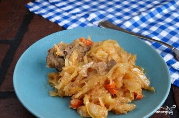 5. Когда тушеная капуста со свининой готова, подавайте ее порционно как основное блюдо на ужин или обед. Приятного аппетита.
