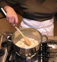 Кастрюлю поставить на средний огонь, положить масло, оливковое масло, бекон и лук.