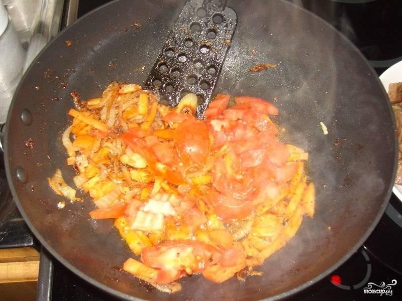 Помидоры нарезаем небольшими кубиками и добавляем к луку и моркови, обжариваем все вместе еще несколько минут.
