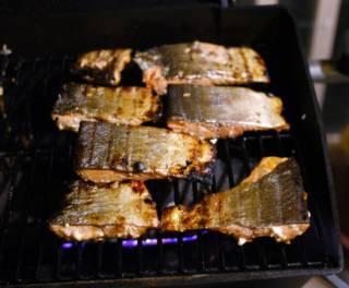 Уменьшите огонь и еще смазывайте кусочки лосося сиропом. Должна получиться глазурная корочка.