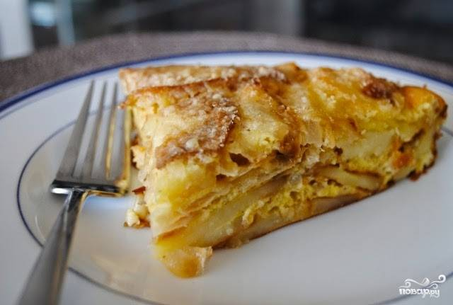Разогрейте духовку до 180 градусов и отправьте туда запеканку на 20-25 минут. По сути, нам только нужно, чтобы запеклась яичная заливка, так картофель и лук уже готовы. За пять минут до окончания приготовления можете сверху на запеканку насыпать ещё сыра или зелени и отправить назад в духовку. Спустя пару минут достаньте блюдо и разложите по тарелкам.