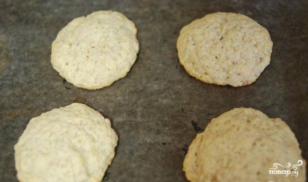 3. Выпекайте печенье около получаса при температуре 190 градусов. Готовую выпечку посыпьте сахарной пудрой.