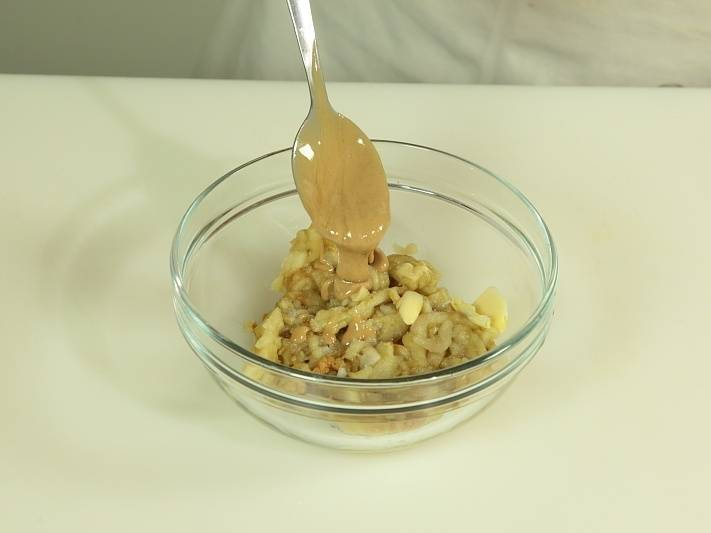 Нарежьте баклажаны и добавьте  кунжут измельченный и чеснок.