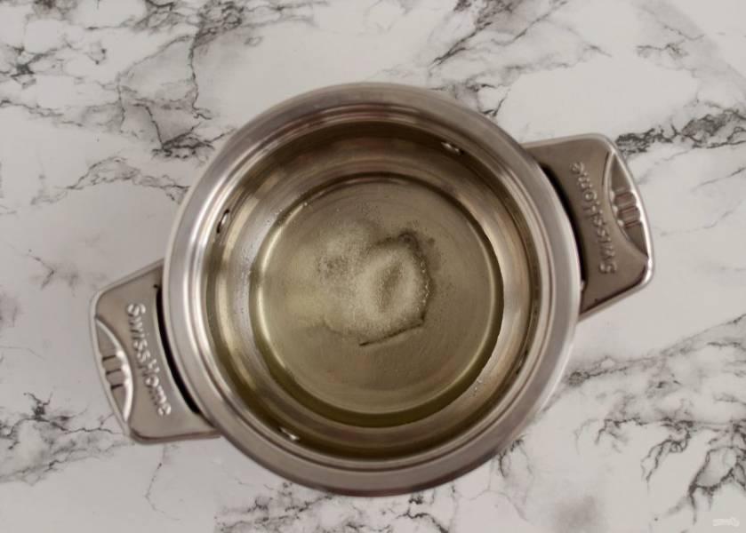 В кастрюле с толстым дном нагрейте воду, уксус и растительное масло. Добавьте сахар и соль, доведите смесь до кипения.