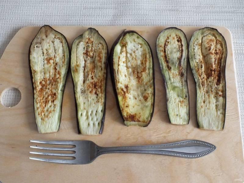 Разогрейте сковороду с антипригарным покрытием или гриль-сковороду. Обжарьте баклажаны с двух сторон, без добавления масла.