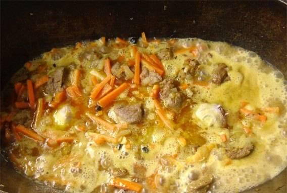 Заливаем все водой, чтобы немного покрыла мясо с овощами. Добавляем 2 ч.л. смеси специй, щедро солим. Втыкаем 2 очищенные головки чеснока по центру.