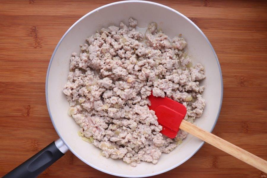 Затем добавьте к луку фарш и обжарьте, помешивая и разбивая фарш лопаткой. Через некоторое время фарш даст сок. Готовьте до тех пор, пока не выпарится вся жидкость.