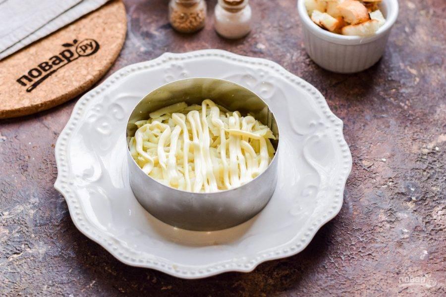 Смажьте слой картофеля майонезом. Слои салата посолите и поперчите по своему вкусу.