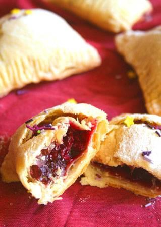 Пирожки с замороженными ягодами готовы!