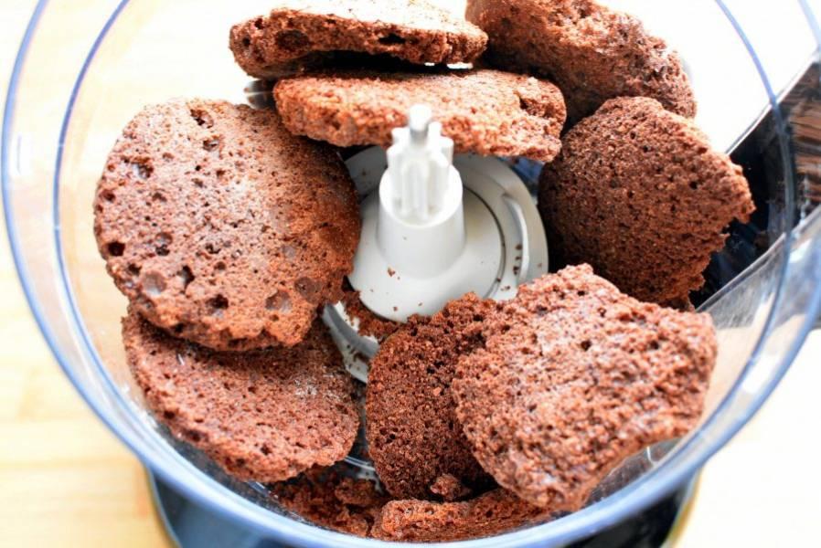 Пробейте в блендере шоколадный бисквит или печенье в крошку.