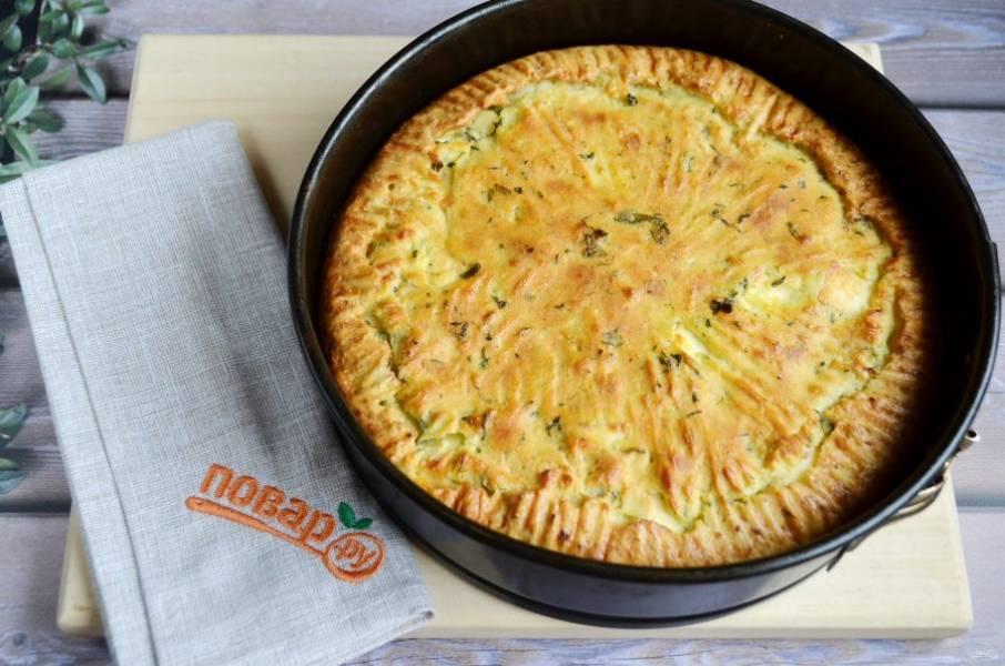 11. Достаньте пирог из духовки, дайте немного остыть в форме, потом извлеките и остудите полностью.