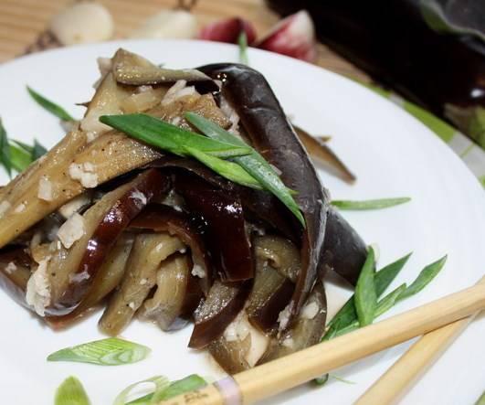 Подаем маринованные баклажаны быстрого приготовления с зеленью. Приятного аппетита!