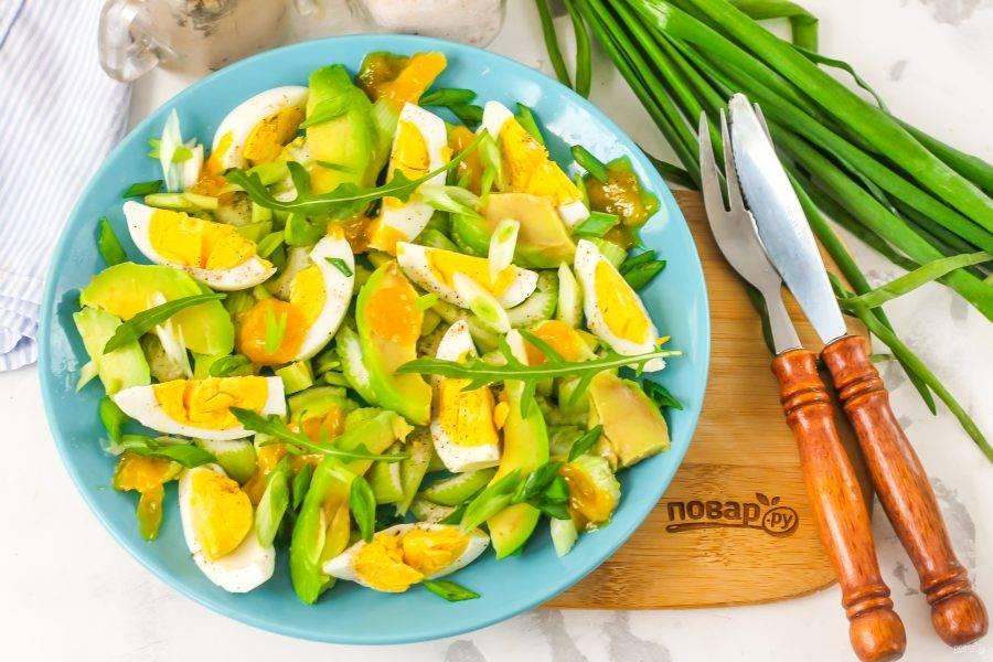 Украсьте салат по своему вкусу и подайте его к столу сразу же после приготовления.