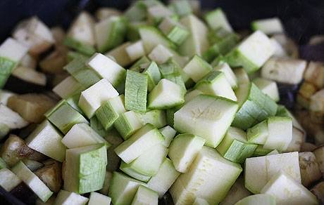 1. Кабачки и баклажаны режем мелким кубиком, солим, перчим, и обжарим на растительном масле.