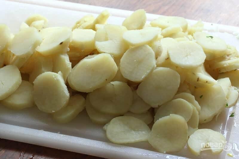 2.Отварите картофель в кожуре, затем очистите его и нарежьте кружочками или полукольцами.