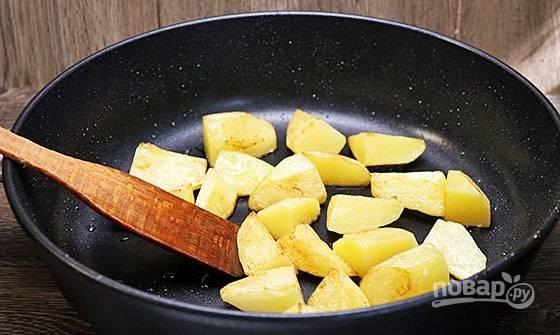 Затем жарьте картофель до румяной корочки.