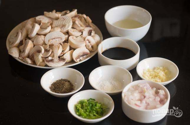 Грибы порежьте пластинками, измельчите лук и чеснок, сельдерей.