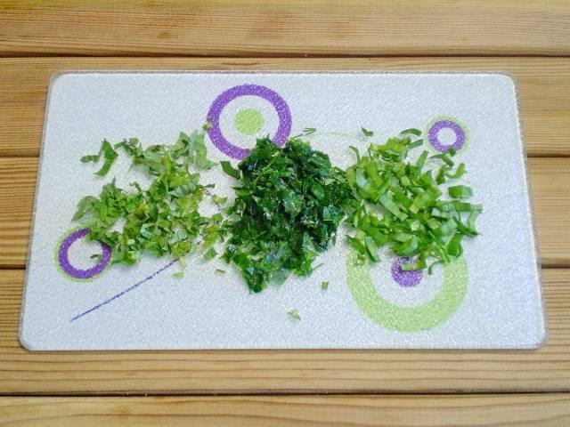 2. Зелень нарезаем максимально мелко.
