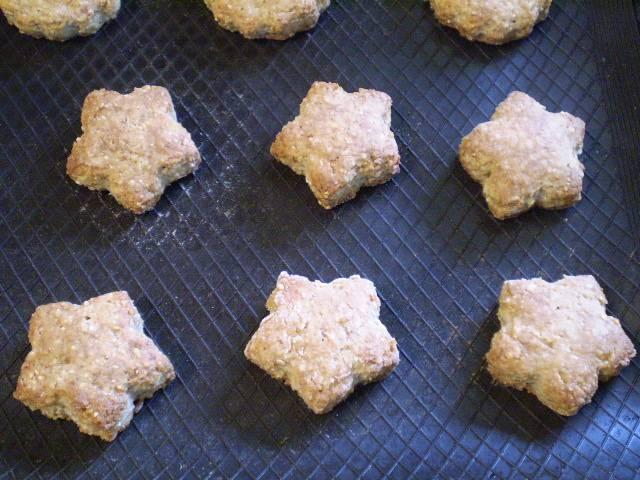 8. Готовое печенье должно быть темно-золотистого цвета, снимите и остудите.