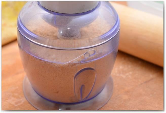 Печенье измельчаем с помощью блендера.