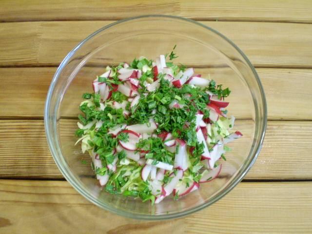6. Сложить все овощи в салатник и посолить. Перемешать.