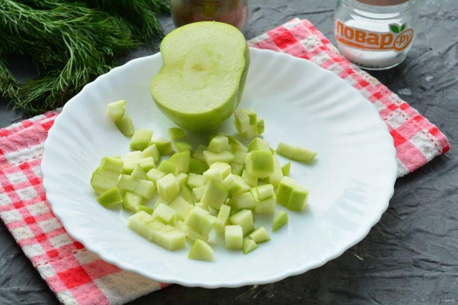Нарежьте небольшими кубиками зеленое кислое яблоко.