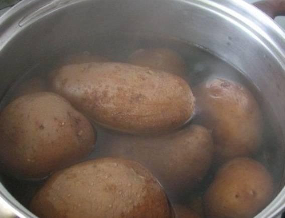 """1. Отвариваем картофель в """"мундире"""". Обычно для приготовления этого блюда я беру молодой картофель, хорошо мою его и отвариваю. Подаю на стол его также в кожуре (иногда даже немного запекаю в духовке, чтобы получилась корочка)."""