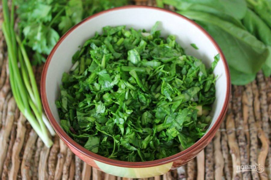 Зелень хорошо моем, просушиваем и добавляем в салат.