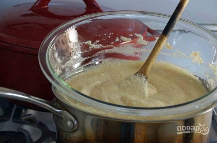 3. Добавьте белки в мед. Оставьте минут на 40-45, периодически помешивая. Должна получиться однородная масса легкого карамельного цвета.