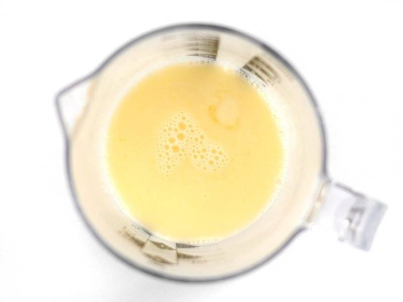 2.В отдельную емкость добавьте ½ столовой ложки сахара, сливочное масло, молоко и нагрейте в микроволновке, чтобы растопить масло.