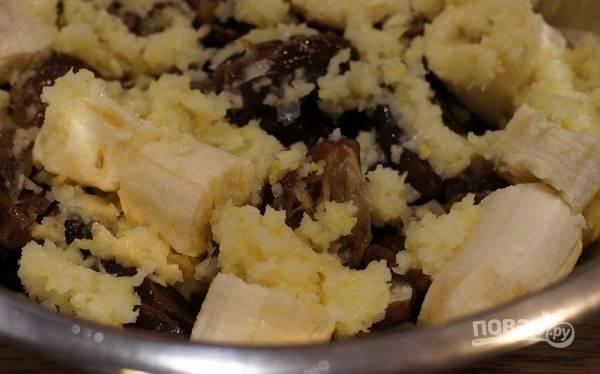 1. Очистите банан и выложите в глубокую мисочку. Добавьте туда же финики, при необходимости удалив косточки предварительно. Лимон вымойте, измельчите вместе с кожурой.