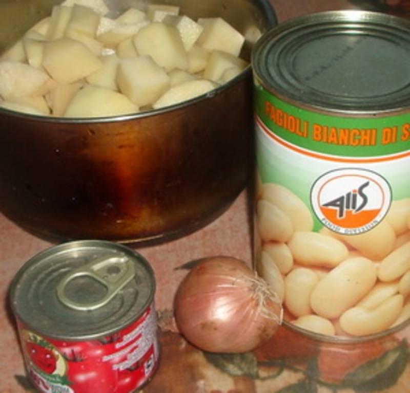 Добавьте в бульон очищенный и порезанный кубиками картофель. Варим 10-12 минут и добавляем фасоль.