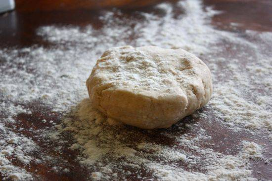 1. Первым делом нужно сделать тесто. Муку со щепоткой соли всыпать в глубокую мисочку (можно использовать для удобства кухонный комбайн). Холодное сливочное масло нарезать небольшими кубиками и добавить в муку. Размять массу в крошку без комочков. Влить ледяную воду и замесить однородное тесто. Завернуть его в пищевую пленку и отправить в холодильник примерно на полчаса.