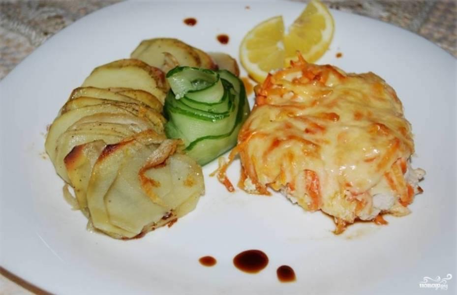 Готовую индейку под шубой в духовке можете подавать с картофелем и свежим салатом из овощей. Приятного аппетита!