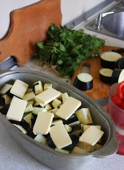 3. Баклажаны режем кружочками или ломтиками, выкладываем поверх мяса. Дальше - масло нарезаем кусочками и выкладываем поверх баклажан. Закрываем казан крышкой и отправим в хорошо разогретую духовку на час.