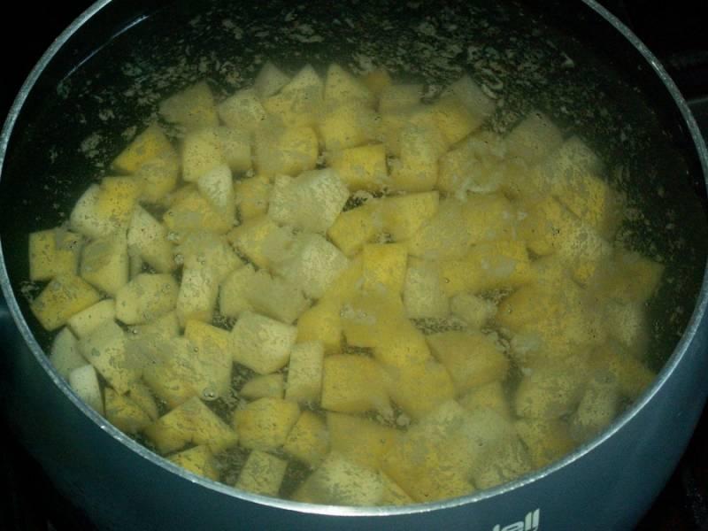 Картошку залить водой и поставить вариться в кастрюле.