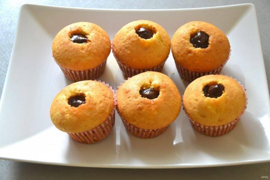 Заполните выемку в капкейках, например, шоколадной пастой, ягодным или фруктовым джемом. Можно наполнить кремом для капкейков, но для этого надо пропорционально увеличить объем приготовленного крема.